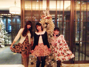 ホテルのロビーでお花柄記念撮影♪(左)アイラん(中央)私(右)彩ちゃん